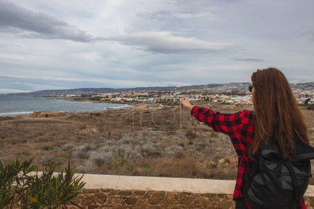 Photo pour Voyageur avec sac à dos pointant du doigt vers la mer Méditerranée - image libre de droit