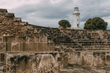 Photo pour Foyer sélectif d'un ancien amphithéâtre dans un parc archéologique près d'un phare - image libre de droit