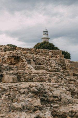 Photo pour Parc archéologique ancien avec des ruines et des rochers près du phare - image libre de droit