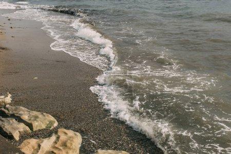 Photo pour Sable humide et rochers près de la mer Méditerranée - image libre de droit