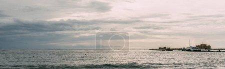 Photo pour Prise de vue panoramique du navire blanc en mer Méditerranée - image libre de droit