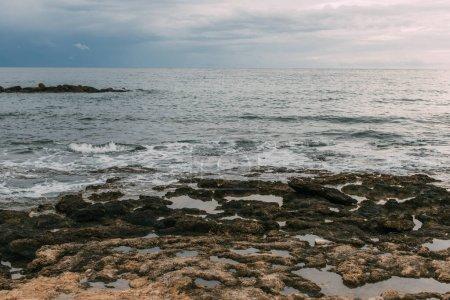 Photo pour Mer Méditerranée contre ciel nuageux et bleu - image libre de droit