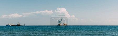 Photo pour Prise de vue panoramique des navires en mer Méditerranée bleue contre ciel bleu - image libre de droit