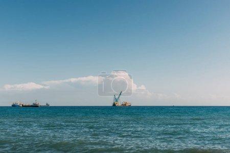 Foto de Barcos en el azul mar Mediterráneo contra el cielo azul con nubes - Imagen libre de derechos
