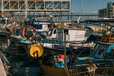 Photo pour Soleil sur les navires amarrés dans la mer Méditerranée - image libre de droit