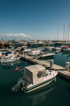 Photo pour Yachts modernes et amarrés dans la mer Méditerranée - image libre de droit
