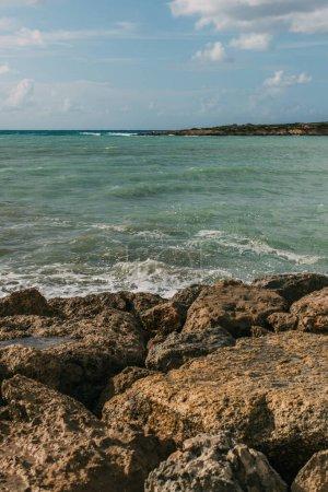 Photo pour Roches humides près de la mer Méditerranée contre ciel bleu - image libre de droit