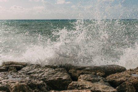 Photo pour Éclaboussures d'eau de mer sur des roches humides - image libre de droit