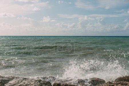 Photo pour Éclaboussures d'eau de la mer Méditerranée sur des roches humides - image libre de droit