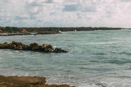 Photo pour Pierres humides dans la mer Méditerranée bleue contre le ciel - image libre de droit