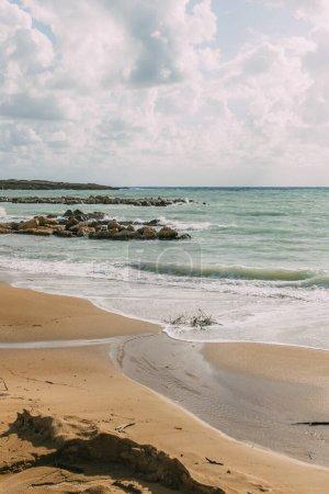 Photo pour Littoral avec plage de sable près de la mer Méditerranée contre ciel bleu - image libre de droit