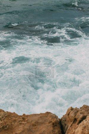 Photo pour Eau bleue de la mer Méditerranée près des rochers humides à Cyprus - image libre de droit