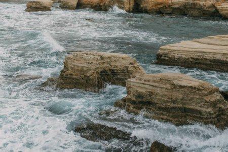 Photo pour Pierres humides près de l'eau de la mer Méditerranée - image libre de droit