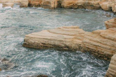 Photo pour Pierres humides dans l'eau de la mer Méditerranée à Cyprus - image libre de droit