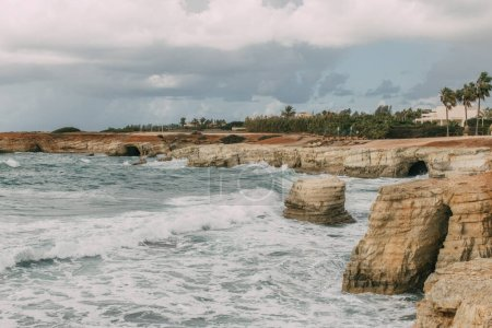 Photo pour Littoral de la mer Méditerranée contre ciel nuageux - image libre de droit
