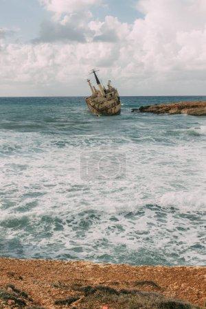 Photo pour Vieux navire en eau bleue de la mer Méditerranée - image libre de droit