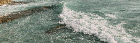 Photo pour Coup panoramique de mousse blanche dans l'eau bleue de la mer Méditerranée - image libre de droit