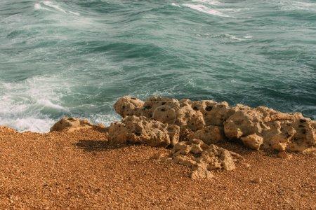 Photo pour Soleil sur les pierres près de la mer Méditerranée - image libre de droit