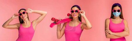 Photo pour Femme en lunettes de soleil avec les bras croisés et masque médical souriant et tenant panneau penny isolé sur rose, tir panoramique - image libre de droit