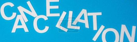 Photo pour Vue du dessus de l'annulation de lettrage isolé sur bleu, panoramique - image libre de droit