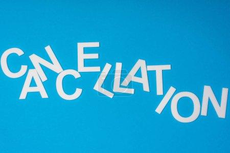 Photo pour Vue du dessus du lettrage d'annulation isolé sur bleu - image libre de droit