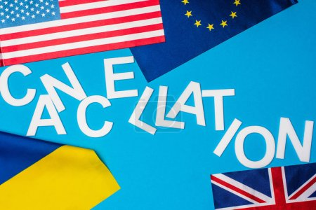 Photo pour Vue du dessus des drapeaux des pays avec l'annulation de lettrage sur fond bleu - image libre de droit