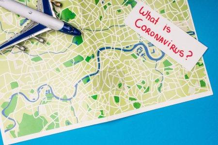 Photo pour Vue du dessus du panneau de jouet, carte avec ce qui est lettrage coronavirus sur la carte sur fond bleu - image libre de droit