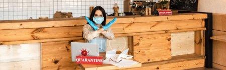 Photo pour En-tête du site Web du propriétaire d'un café sous masque médical ne montrant aucun signe à la table avec ordinateur portable, papier et carte avec inscription de quarantaine - image libre de droit
