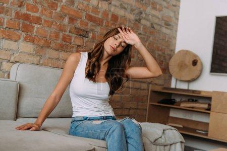 Photo pour Fille fatiguée ayant des maux de tête ou de la fièvre pendant la quarantaine à la maison - image libre de droit