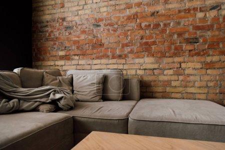 Foto de Interior del salón sofá gris y mesa - Imagen libre de derechos