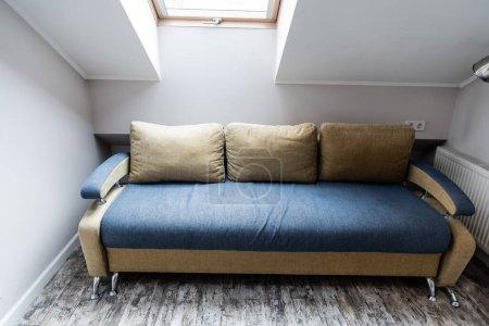 Photo pour Oreillers doux sur canapé moderne dans le salon - image libre de droit