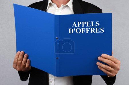 Photo pour Homme tenant en main les documents d'appel d'offres - image libre de droit