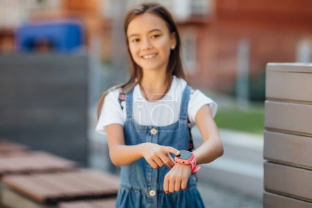 Photo pour Petite fille avec un air frais et futé, focalisation sélective - image libre de droit