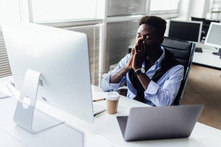 Photo pour Jeune homme d'affaires travaillant au bureau, orientation sélective - image libre de droit