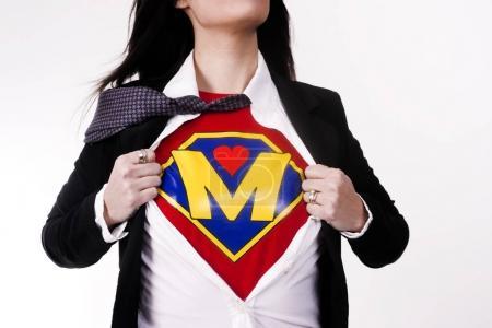 Mutter zerreißt Kleidung enthüllt Superhelden-Uniform Fluganzug Supermom