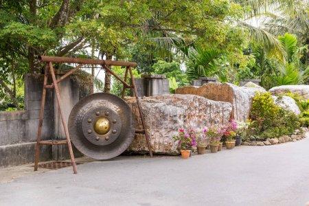 Photo pour Gong thaï à Phuket. Tradition asiatique bell au temple du bouddhisme en Thaïlande. Fameuse cloche grand souhait près de Bouddha or - image libre de droit