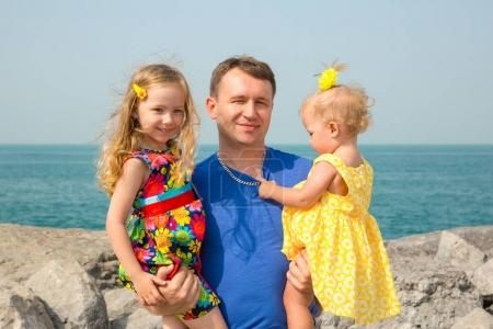 Photo pour Bonne famille. Père et deux enfants filles en plein air profiter de la nature. Portrait papa et fille. Émotions humaines positives, sentiments, joie . - image libre de droit