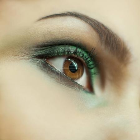 Photo pour Belle femme oeil de près avec le maquillage - image libre de droit