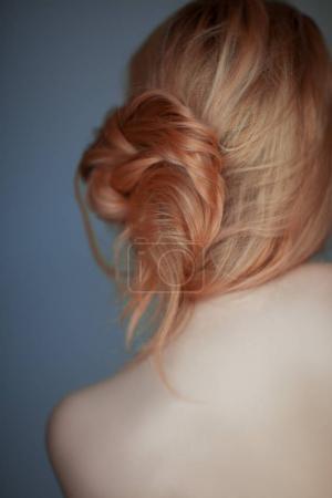 Photo pour Belle coiffure décontractée ajustée, moderne, sensuelle femme studio tourné peut être utilisé comme arrière-plan - image libre de droit