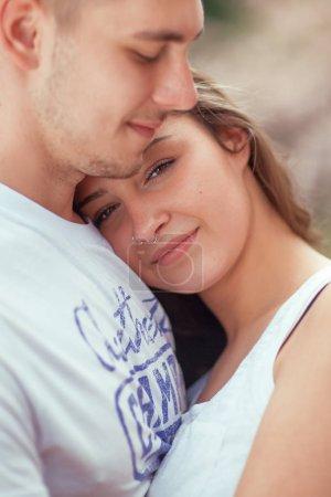 Photo pour Jeune couple s'amusant dans un parc ensoleillé au printemps, belle humeur romantique - image libre de droit
