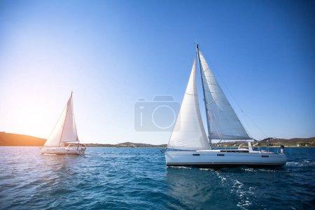 Photo pour Yachts de luxe à la régate. Voile dans le vent à travers les vagues de la mer. - image libre de droit