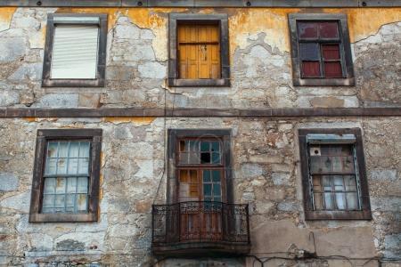 Photo pour Bâtiments abandonnés à Porto vieux centre-ville, Portugal. Ruines antiques de l'Europe. - image libre de droit