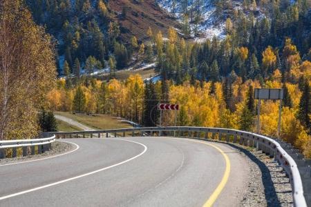 Photo pour Vue du paysage des montagnes de l'Altaï et de la route de Chuya en automne, République de l'Altaï, Russie . - image libre de droit