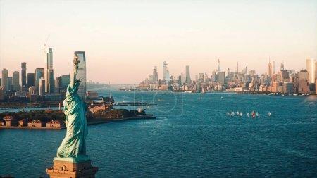 Photo pour La statue de Liberty et Manhattan, New York. La ville est visible en arrière-plan. Les voiliers sont encore visibles. - image libre de droit