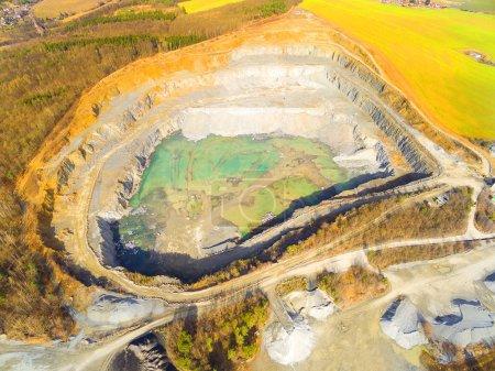 Photo pour Vue aérienne d'une mine à ciel ouvert. Paysage industriel. Industrie lourde d'en haut . - image libre de droit