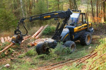 Photo pour ILSEN CZECH REPUBLIC - APRIL 5, 2017: unidentified lumberjack with modern harvester Ponsse Ergo 6W working in a forest. Forestry is Czech's traditional industry with a very long history. - image libre de droit