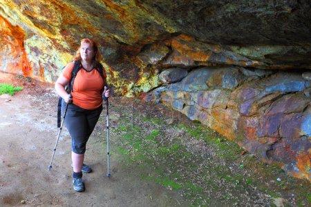 Photo pour Une randonneuse explore une ancienne mine souterraine pour l'extraction de minerai métallique près de Bodenmais en Bavière, en Allemagne . - image libre de droit