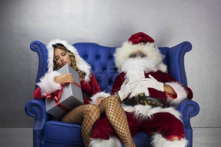Photo pour Père Noël et belle Mme Claude. les deux ont trop dormi - image libre de droit