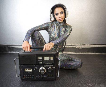 Photo pour Ghettoblaster, hifi, radio, musique sexy femme discothèque lifestyle catsuit - image libre de droit