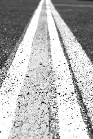 Photo pour En Australie la ligne dans l'asphalte d'un plancher d'aéroport pour la bonne voie - image libre de droit